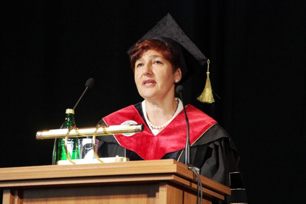 С напутственной речью к выпускникам обратилась заведующая кафедрой  факультетской терапии ВолгГМУ, д.м.н., профессор Аида Бабаева.