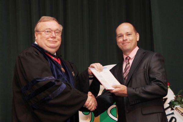 Ректор ВолгГМУ, академик РАН Владимир Петров вручает дипломы с отличием выпускникам 2015 года.