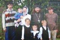 Семья Смирновых с двумя приемными сыновьями (по бокам) и четырьмя своими старшими детьми.