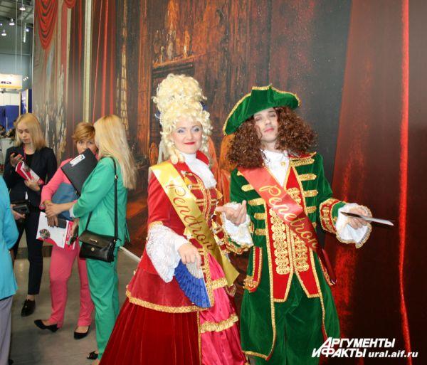 Всех посетителей встречает императрица Екатерина.