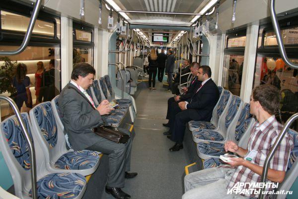 Новый трамвай изнутри напоминает вагон подземки.