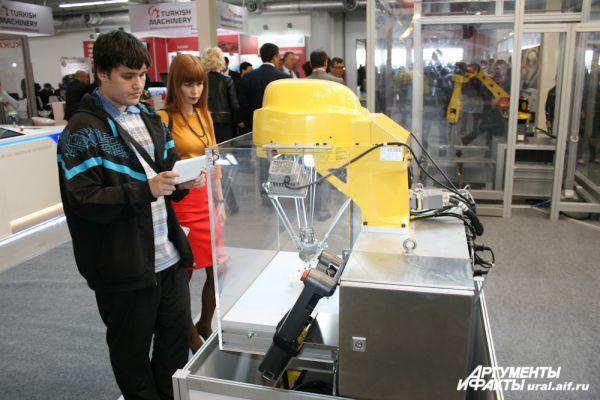 Промышленный робот (справа).