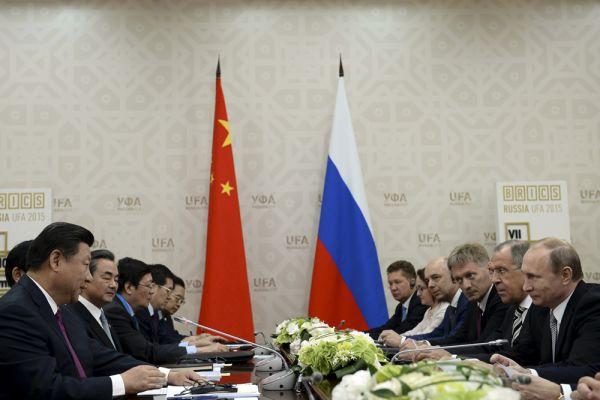 Президент Российской Федерации Владимир Путин и Председатель Китайской Народной Республики Си Цзиньпин во время переговоров в Уфе.