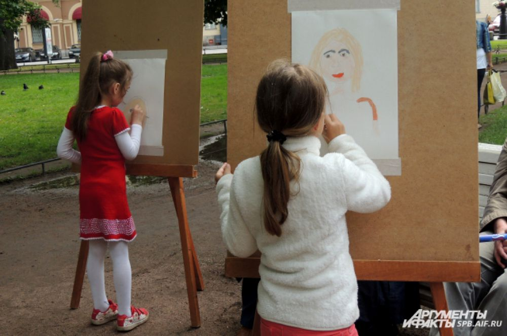 Дети нарисовали своих любимых и родных.