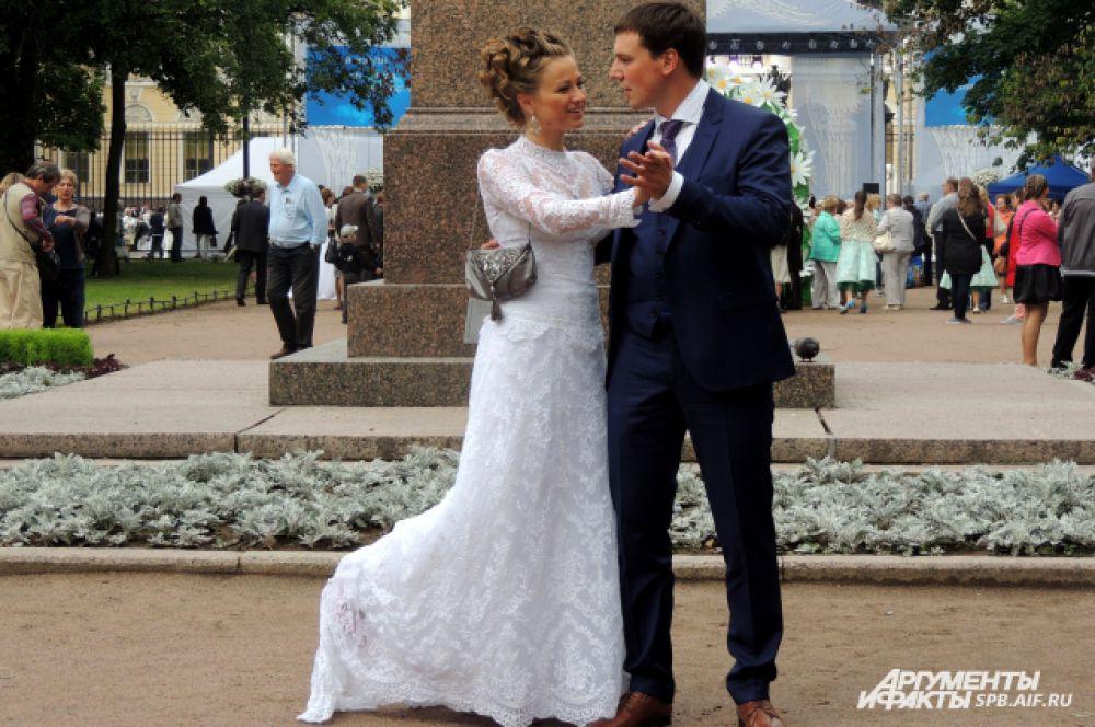 Петербуржцы станцевали под музыку самых романтичных вальсов.