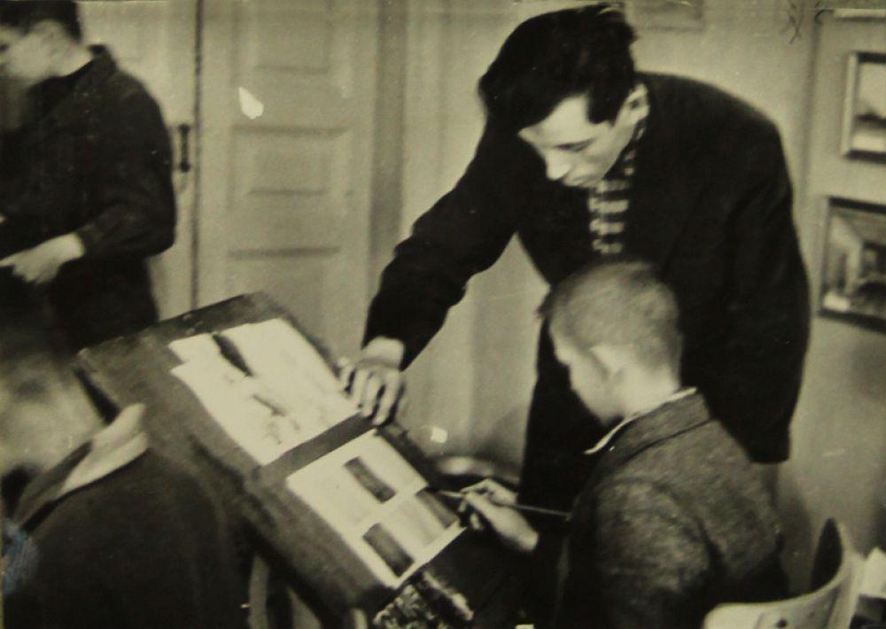 Занятие ведёт член Союза художников СССР Александр Каллистратович Шеверов