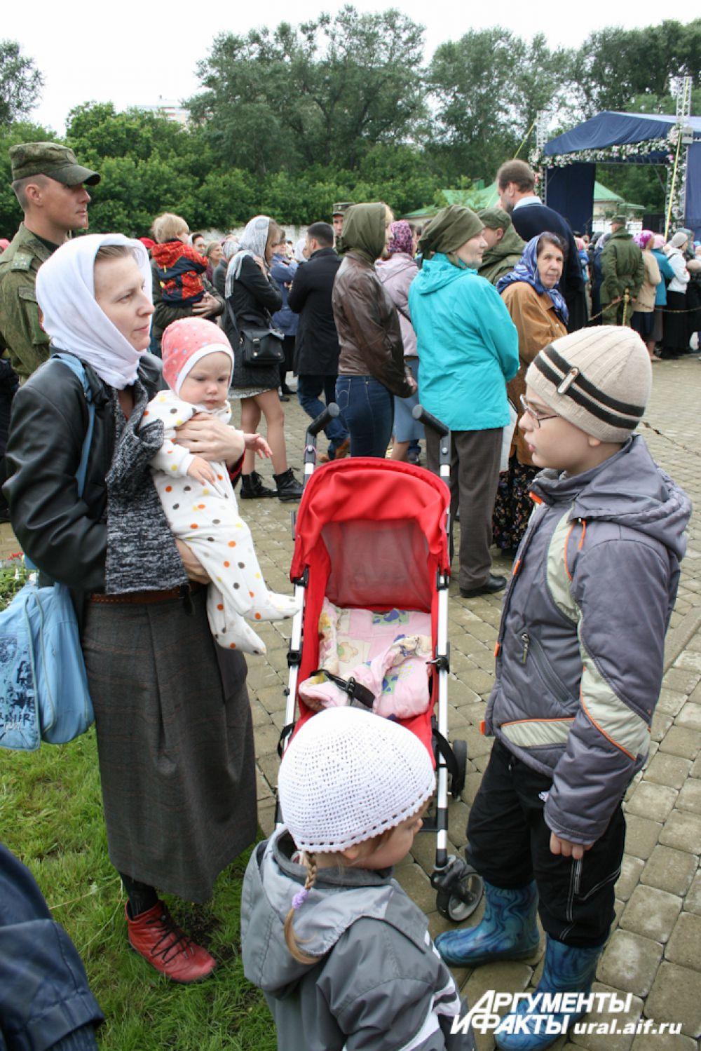 На праздник в честь Тихвинской иконы Божией Матери уральцы традиционно приходят семьями.
