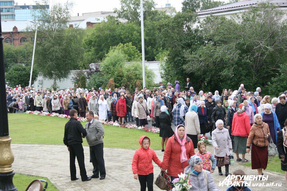 В праздничном молитвенном шествии принимают участие все гости монастыря.