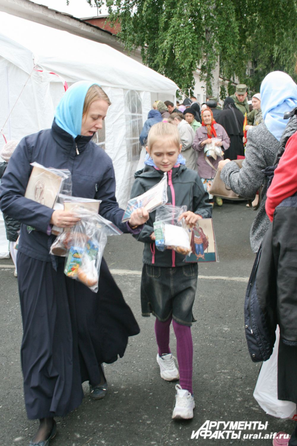 Всем гостям Ново-Тихвинского монастыря были преподнесены подарки.