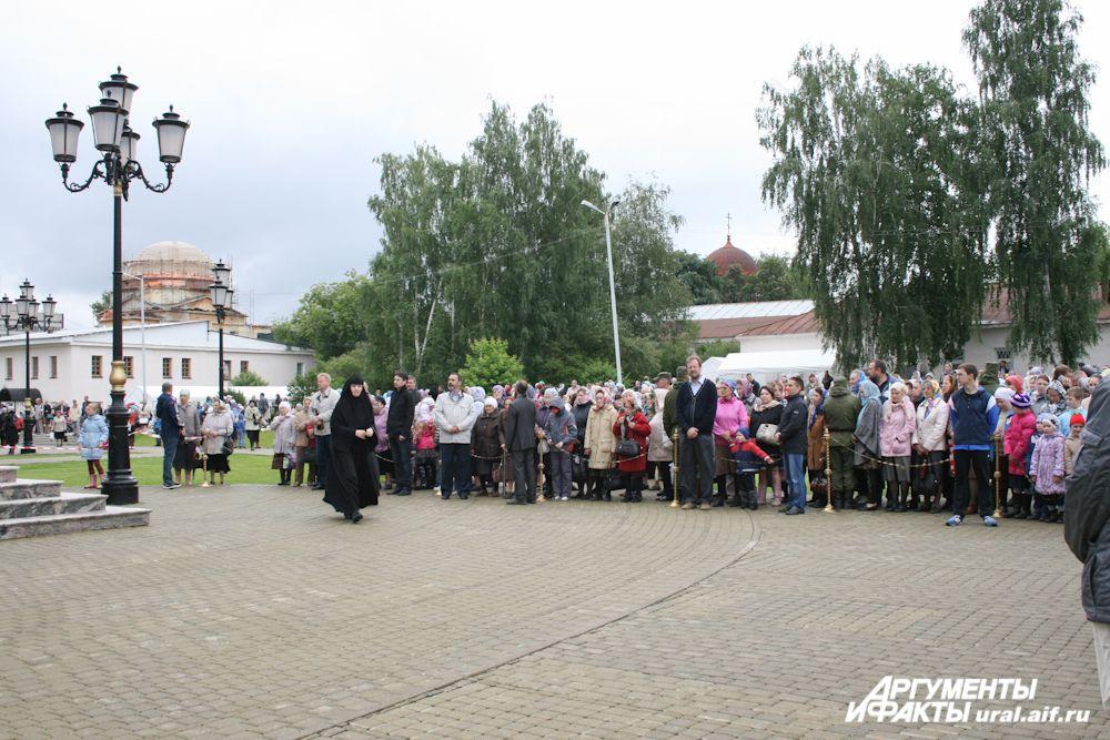 Александро-Невский собор монастыря в Зеленой роще не может вместить всех желающих принять участие в Божественной литургии. Для тех, кто не попал в храм, ведется трансляция службы.