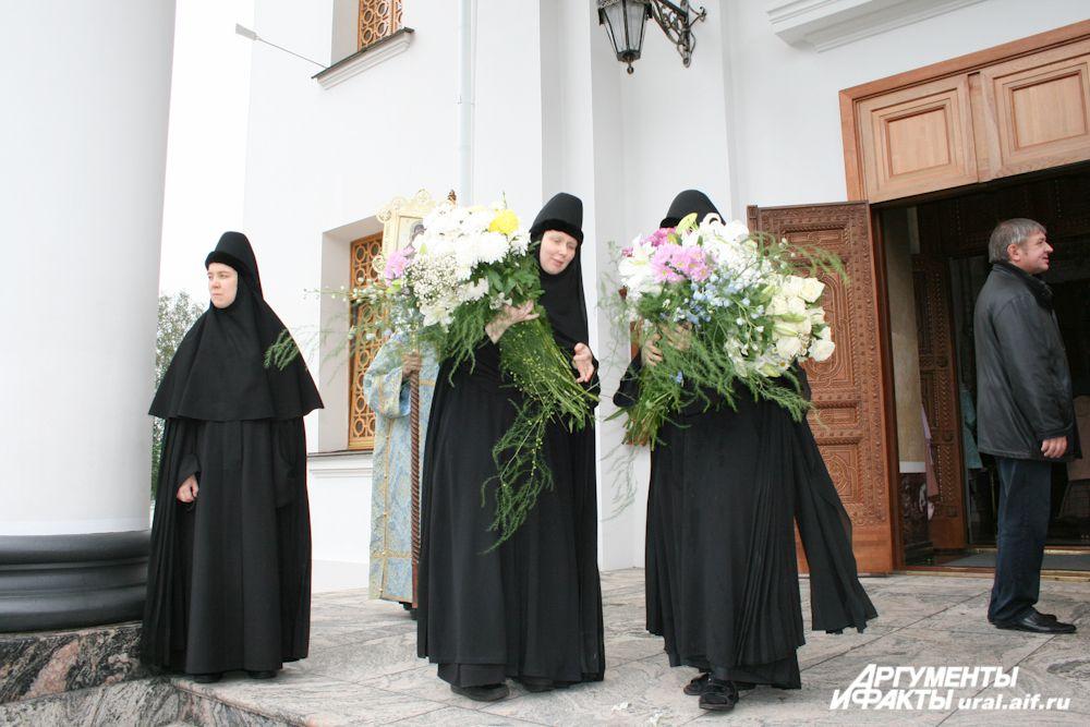 «Именины» обители очень красочный праздник. Цветами украшается чтимая икона, храм, территория монастыря…
