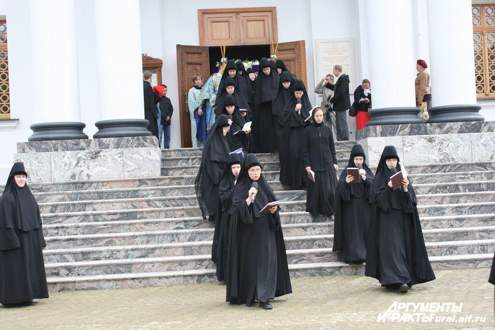 Насельницы монастыря, несущие певческое послушание, сопровождают традиционный крестный ход.