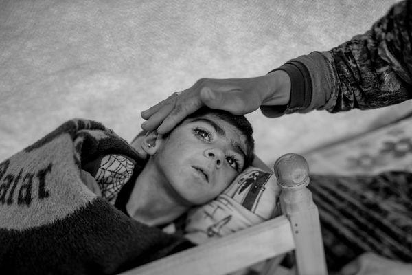 Шираз было три месяца, когда она заболела тяжелой лихорадкой. Врачи диагностировали полиомиелит. Но начать лечение девочки в Сирии не получилось – началась война. Мама – Лейла завернула девочку в одеяло и понесла на руках к границе с Турцией.