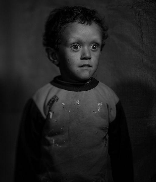 Мохаммед живет с родителями и двумя братьями в Ливане недалеко от свалки во временном лагере беженцев. Мальчик болен, он практически не растет, но с самого детства его окружала война, потому он еще ни разу не был у врачей.