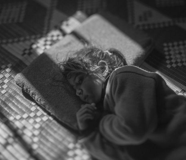 Тамам уже два года живет в лагере для беженцев в Иордании. Но она по-прежнему боится темноты, ведь именно ночью их район подвергся бомбежке.