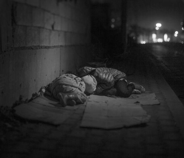 Рахаф и Раля бежали с отцом из Сирии в Ливан после того, как их брат и мама погибли от взрыва бомбы в Дамаске. Уже больше года они спят на улице.
