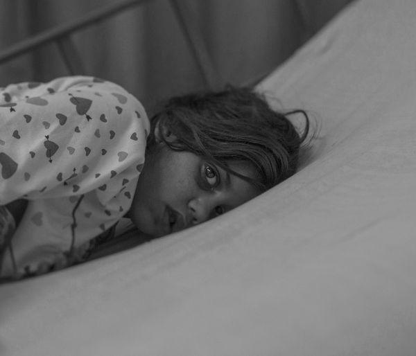 Когда Марам вернулась из школы, в их дом попала ракета. Часть крыши обрушилась на девочку. Из-за травмы головы случилось кровоизлияние в мозг, 11 дней Марам была в коме. Мама смогла переправить девочку в Иорданию, где врачи оказали ей помощь. Сейчас Марам в сознании, но у нее сломана челюсть и она не может говорить.