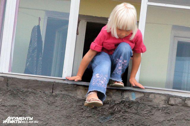 Установите специальный замок, и ребенок не сможет открыть окно.