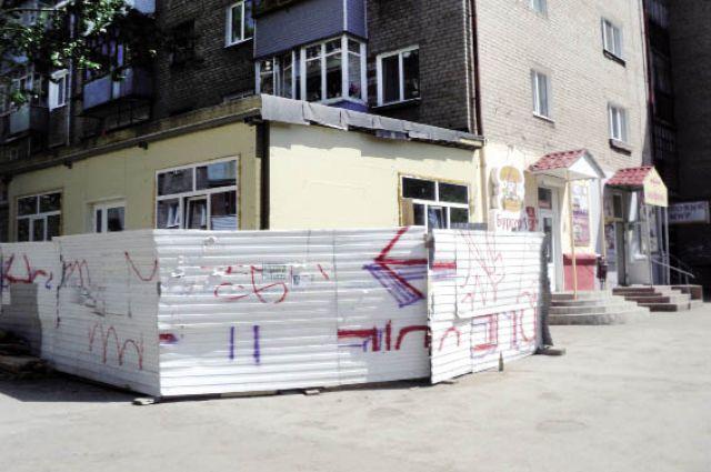 Возводимый по липовому разрешению пристрой по ул. Крупской, 49, доставляет жителям много неприятностей.