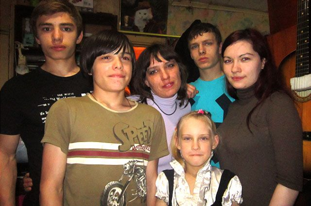 Юлия (в центре) и её пятеро детей.