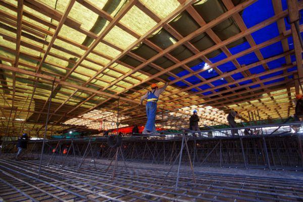 Срок сдачи объекта - декабрь 2017 года. Летом 2015 года строители приступили к возведению первого этажа стадиона.