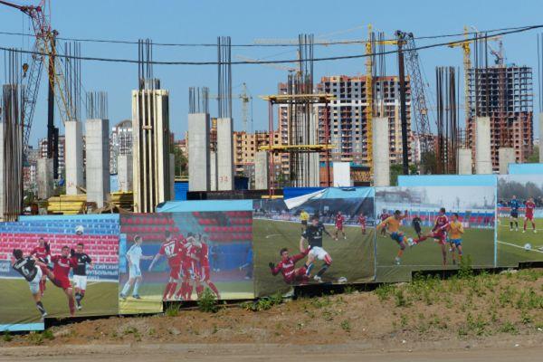 Изначально планировалось закончить строительство стадиона в 2012 году, открытие планировалось приурочить к двум событиям: 1000-летию единения мордовского народа с народами Российского государства и проведению Всероссийской спартакиады 2012 года. Впоследствии открытие стадиона было отложено на 2017 год. Планируется, что затраты на возведение стадиона «Мордовия-Арена» составят 16,5 миллиарда рублей.