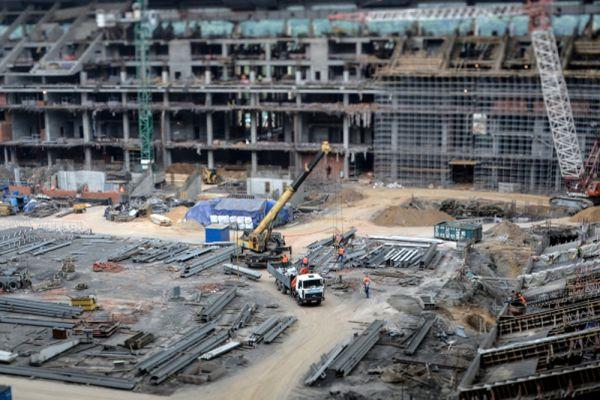 Всего в работе по реконструкции «Лужников» задействовано четыре тысячи человек – по две тысячи в каждую смену. Количество зрительских мест после реконструкции увеличится с 78 тысяч до 81 тысячи, трибуны будут максимально приближены к футбольному полю. С 13 до 23 увеличится количество входов. До реконструкции около 10 процентов зрительских мест на стадионе находились в зоне недостаточного обзора. После завершения работ мест с плохим обзором не будет.