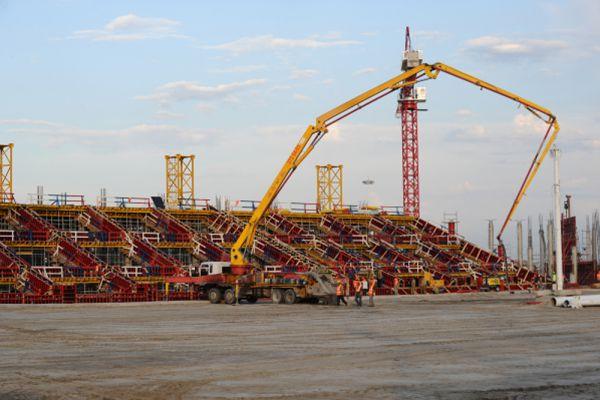 Арена в Ростове-на-Дону будет вмещать 45,3 тысячи зрителей. Изначально датой сдачи стадиона называлось 25 декабря 2017 года. Но в апреле министр спорта РФ Виталий Мутко заявил, что строительство объекта идет с опережением графика.