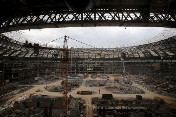 Работы по реконструкции стадиона завершены более чем на 50 процентов. Уже закончено основание под полем, на 80 процентов – строительство трибун. Строители нарастили козырек на 11 метров. В скором времени будут заменены все инженерные системы. Эта работа будет завершена в конце года.