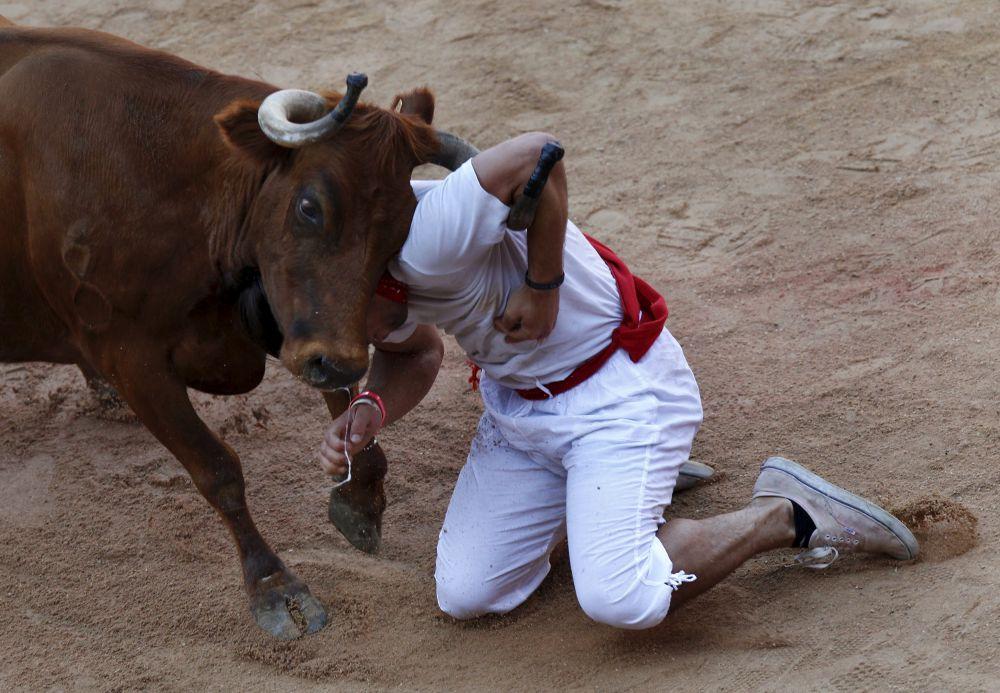 Испании, 10 июля. Участника фестиваля Сан-Фермин в Памплоне не смог убежать от быка.