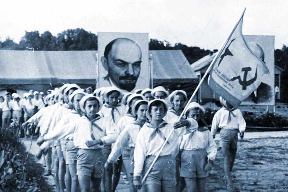 Дети несут портрет Ленина.