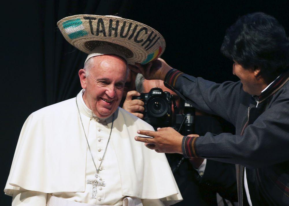 Боливия, 9 июля. Папа Франциск с сомбреро от президента Боливии Эво Моралеса.