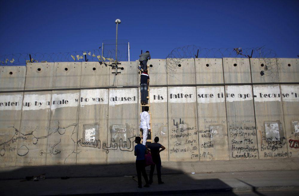 Палестина, 10 июля. Группа палестинцев пытается проникнуть в Иерусалим.