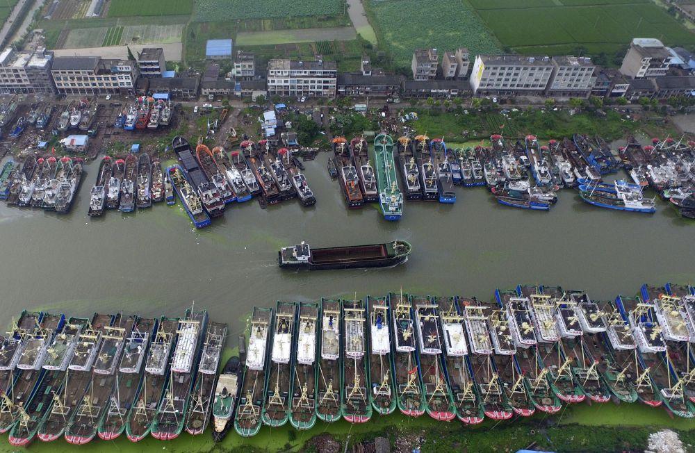 Китай, 9 июля. Порт города Тайчжоу. Хозяева десятков судов поставили корабли на якорь, опасаясь двух приближающихся тайфунов.