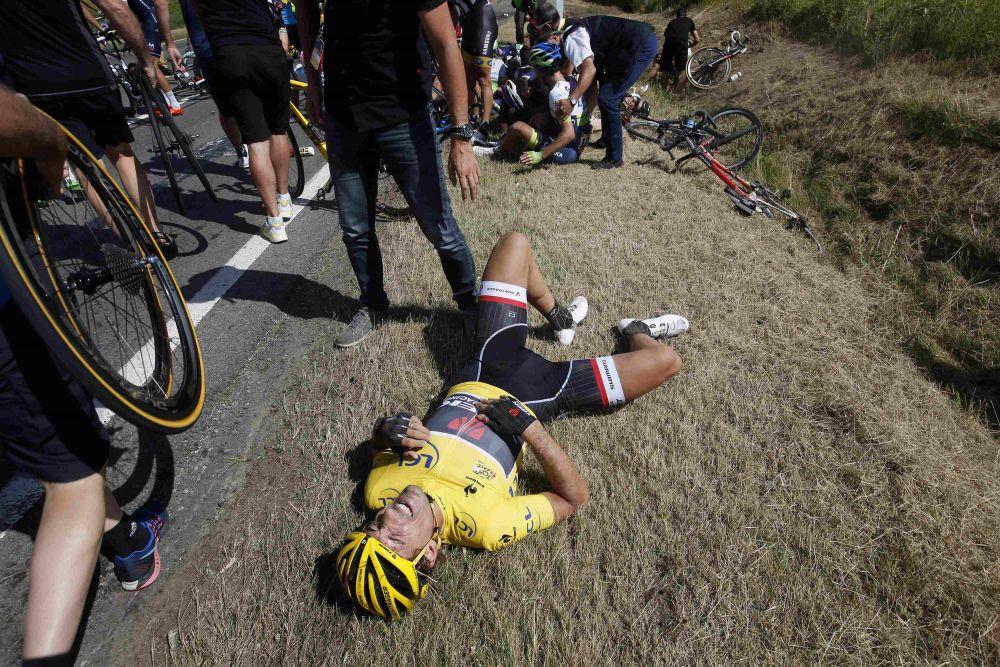 Бельгия, 6 июля. Лидер гонки и обладатель желтой майки Фабиан Канчеллара после крупного завала на третьем этапе велогонки Тур де Франс.