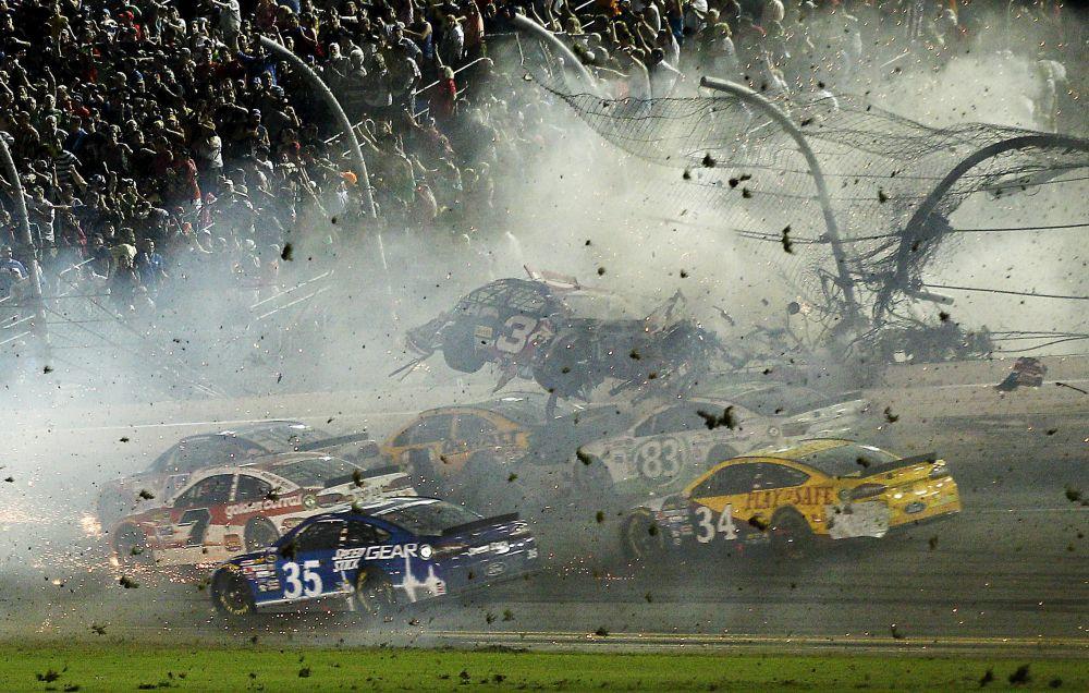 США, 6 июля. Гонщик автомобиля NASCAR Остин Диллон вылетает с трассы во время финиша Coke Zero 400 на Daytona International Speedway.