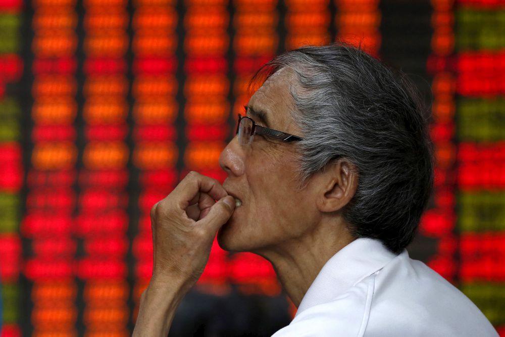 Китай, 10 июля. Инвестор следит за графиком в брокерской фирме в Шанхае, на котором показывается биржевая информация. Китайские акции выросли во второй половине пятницы.