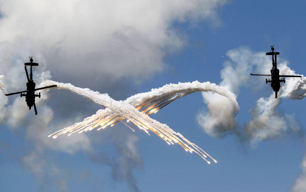 Колумбия, 9 июля. Пилоты колумбийских ВВС выполняют фигуры высшего пилотажа.