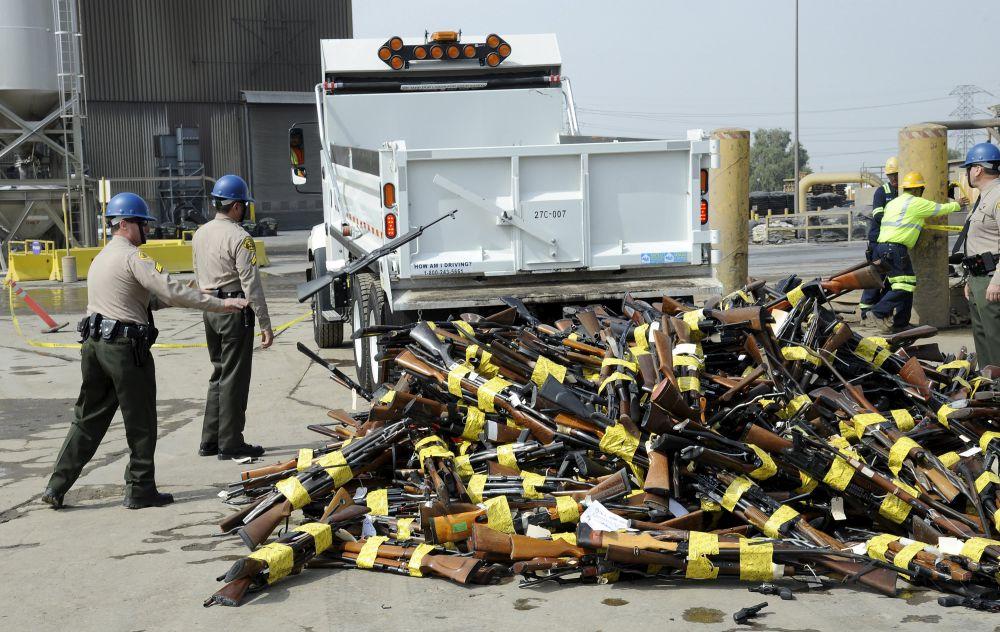 США, 6 июля. Уничтожение 3400 видов оружия в Лос-Анджелесе.