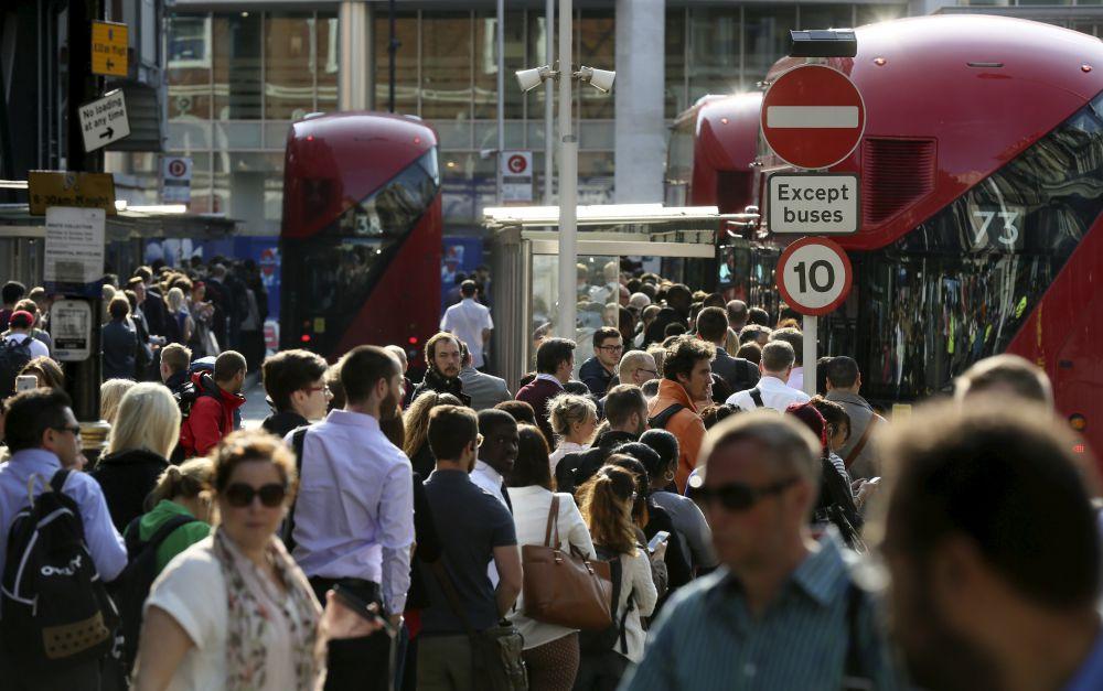 9 июля, Великобритания. Пассажиры ждут автобус на станции Виктория в Лондоне. В городе случился транспортный коллапс из-за 24-часовой забастовки сотрудников метрополитена.
