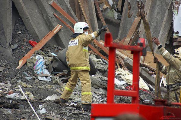 Спасатели спешно разгребают завалы.
