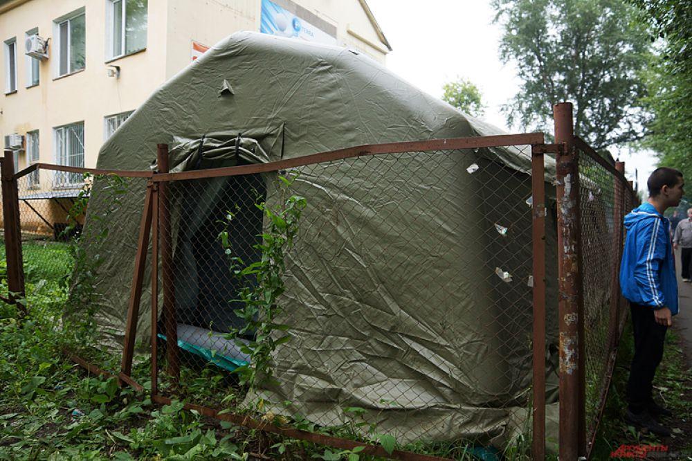 Спасатели развернули палаточный лагерь рядом с местом происшествия.