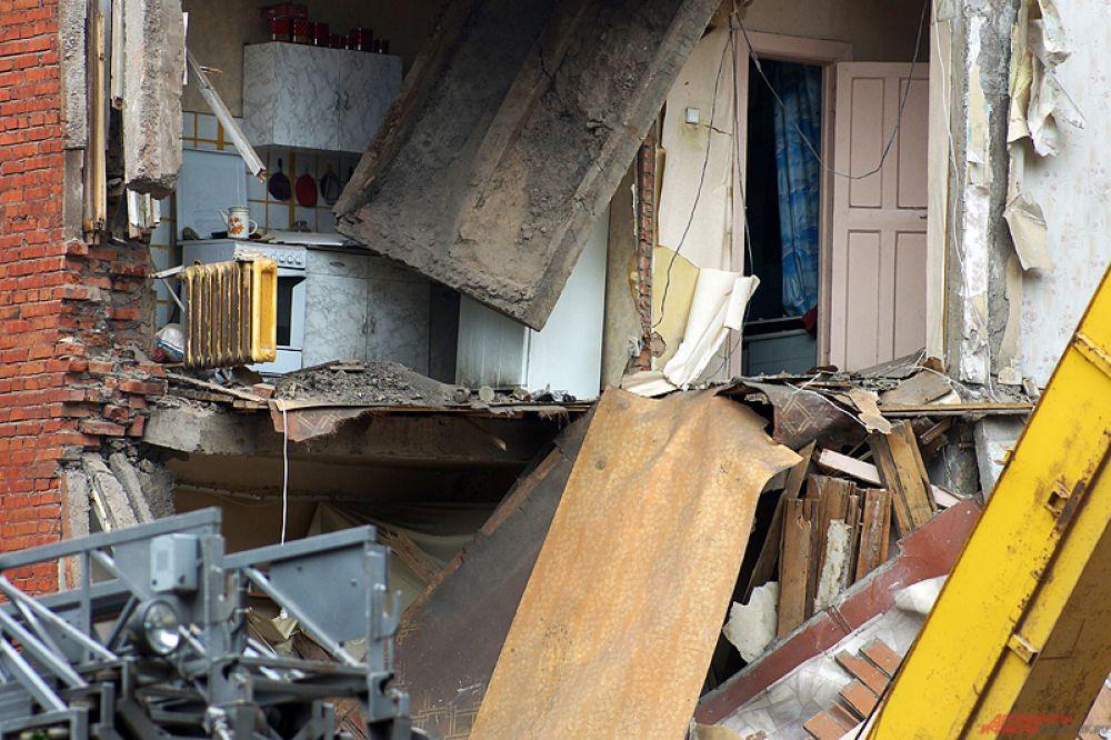 По прибытию на место вызова пожарно-спасательных подразделений установлено, что произошло обрушение угла дома  с 5-го по 2-й этажи.