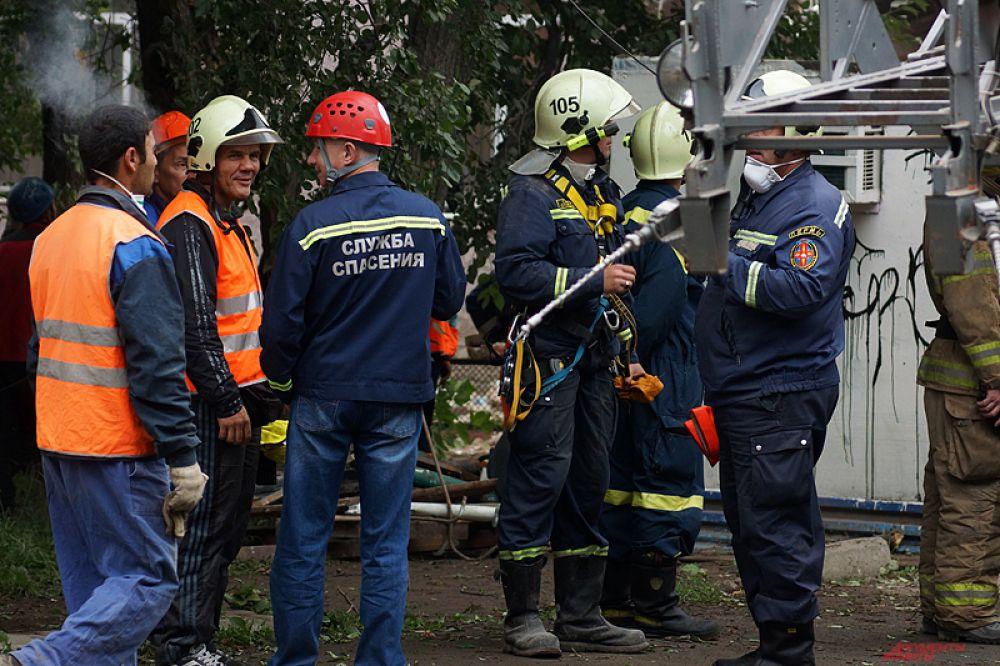 Экстренно проводится демонтаж нависающих конструкций аварийного дома.