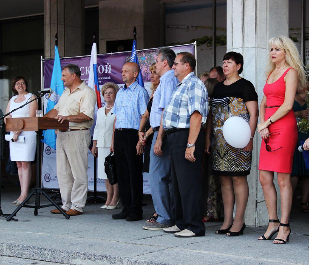 Родители выпускников стояли в очереди на выступление