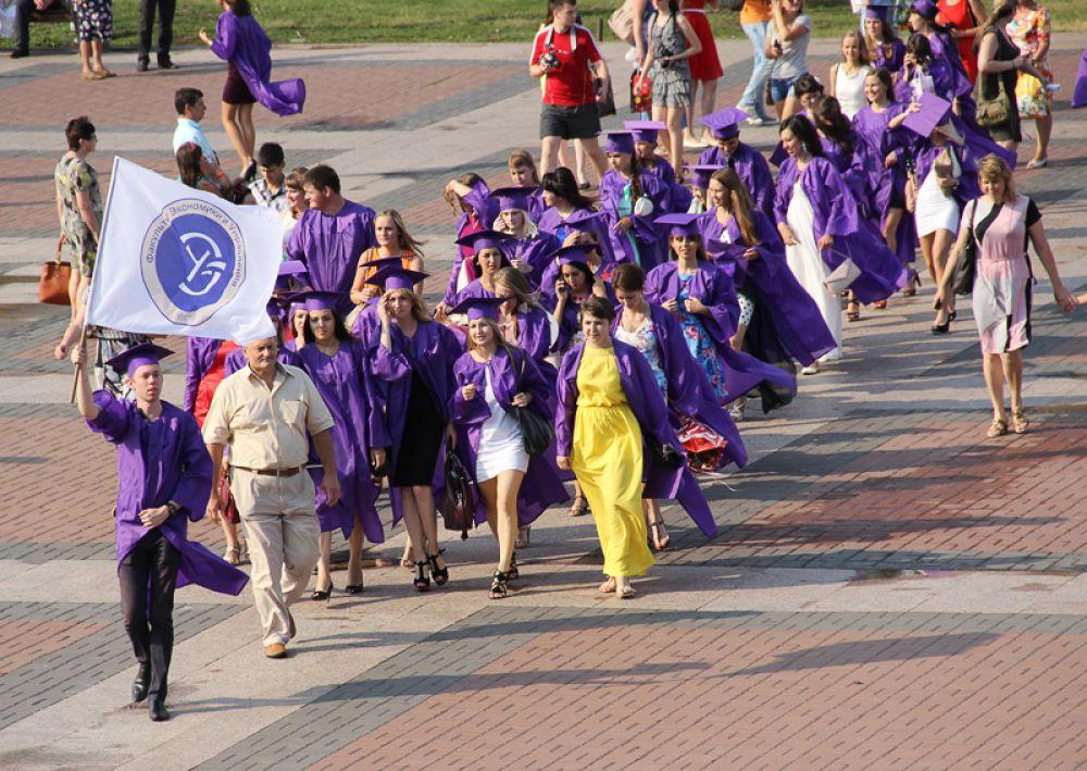 Но вместе с выпускниками на площадь выглянуло солнце