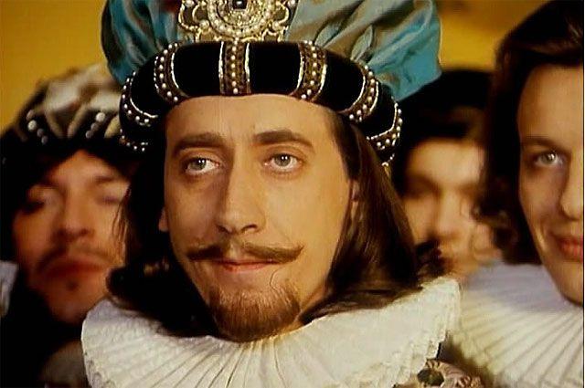 В роли Генриха III в телесериале «Графиня де Монсоро», 1997 год.