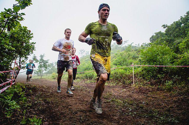 От препятствия к препятствию участники передвигались бегом.