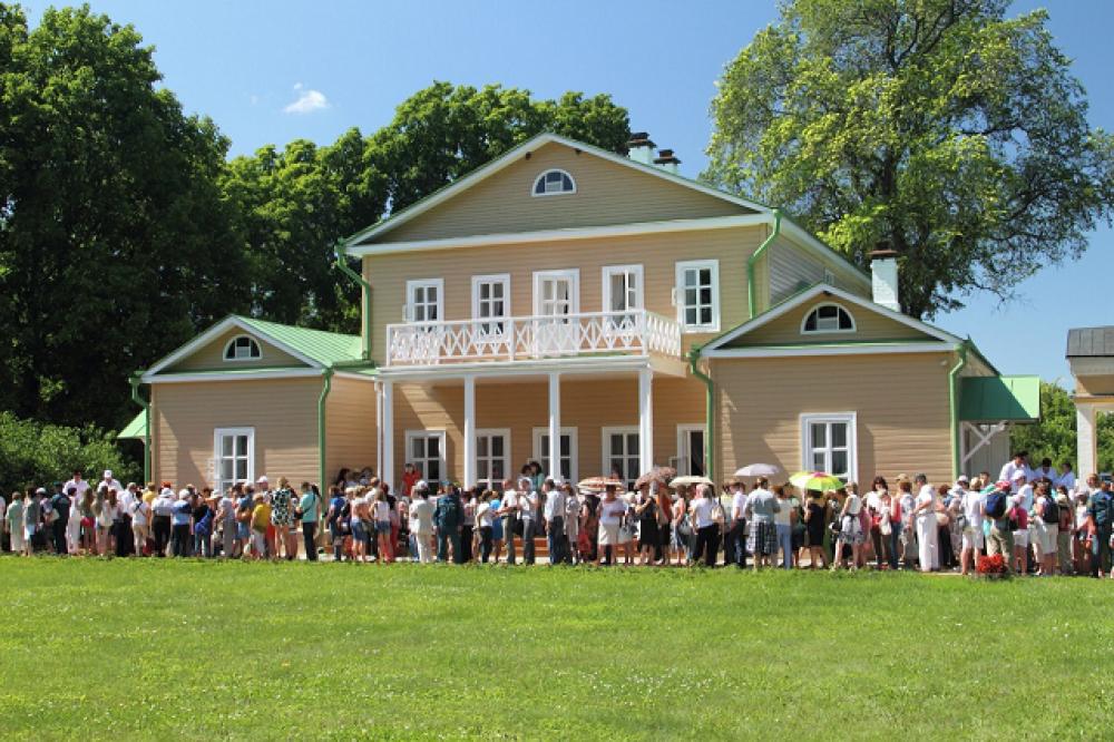 Ежегодно в Лермонтовский день поэзии в Тарханы приезжают сотни гостей