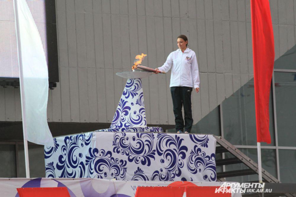 Чашу зажгла олимпийская российская гимнастка Евгения Канаева.